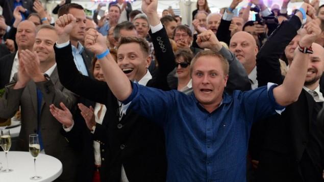 les partisans du parti populiste et anti-migrants AfD après l'annonce du résultat des élections à Schwerin, dans le nord est de l'Allemagne, le 4 septembre 2016. (Crédit : AFP/dpa/Daniel Bockwoldt)