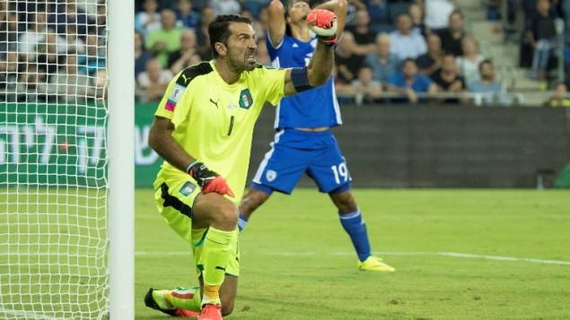 Le gardien italien Gianluigi Buffon réagit après un arrêt pendant le match de qualification pour la Coupe du monde 2018 entre Israël et l'Italie, au Sammy Ofer Stadium de Haïfa, le 5 septembre 2016. (Crédits : AFP Photo / Jack Guez)