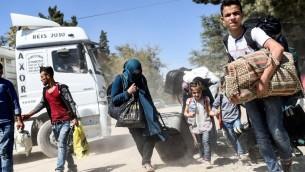 Des réfugiés syriens rentrent dans la ville syrienne de Jarablos, au point de passage de Karkamis, dans le sud de la Turquie, le 7 septembre 2016. Ilustration. (Crédit : Bulent Kilic/AFP)