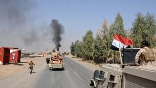 Les troupes irakiennes se déploient dans la ville de Sharqat, à 260 km au nord ouest de Bagdad, alors que l'Irak annonce que ses forces ont repris la ville au groupe Etat islamique pendant une opération lancée avant la reprise de Mossoul, le 22 septembre 2016. (Crédit : AFP/Mahmud Saleh)