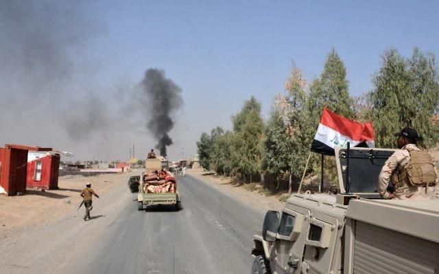 Les troupes irakiennes se déploient dans la ville de Sharqat, à 260 km au nord ouest de Bagdad, alors que l'Irak annonce que ses forces ont repris la ville au groupe Etat islamique pendant une opération lancée avant la reprise de Mossoul, le 22 septembre 2016. (Crédit : Mahmud Saleh/AFP)