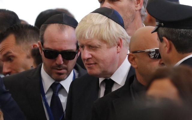 Boris Johnson, ministre britannique des Affaires étrangères, pendant les funérailles de l'ancien président et Premier ministre israélien Shimon Peres, au cimetière national du mont Herzl à Jérusalem, le 30 septembre 2016. (Crédit : AFP/Thomas Coex)