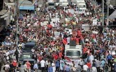 Les Jordaniens manifestent à Amman contre l'accord du gouvernement visant à importer du gaz naturel en provenance d'Israël, le 30 septembre 2016. (Crédit : Ahmad Alameen / AFP)