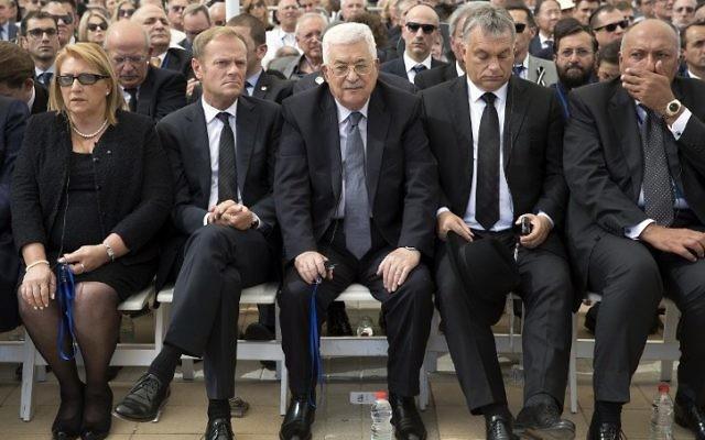 Le président de l'Autorité palestinienne Mahmoud Abbas (au centre) pendant les obsèques de l'ancien président Shimon Peres au cimetière national du mont Herzl à Jérusalem, le 30 septembre 2016. (Crédit : AFP/Pool/Stephen Crowley)