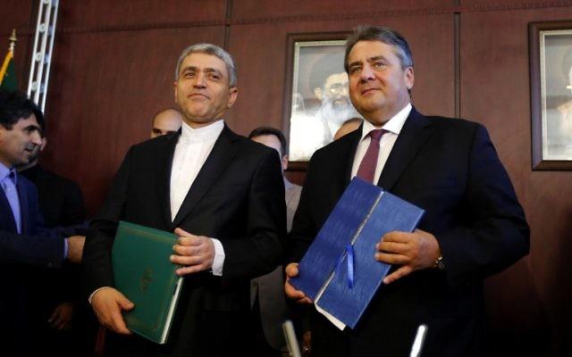 Le ministre iranien de l'Economie Ali Tayebnia (à gauche) et le vice-chancelier allemand Sigmar Gabriel, qui est également ministre de l'Economie et de l'Energie, après la signature d'accords pendant une commission économique irano-allemande commune à Téhéran, en Iran, le 3 octobre 2016. (Crédit : AFP/Atta Kenare)