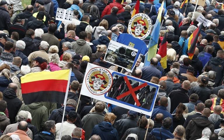 Les partisans de Pegida manifestent contre la chancelière allemande Angela Merkel et sa politique à Dresde, dans l'est de l'Allemagne, le 3 octobre 2016. (Crédit : Odd Andersen/AFP)
