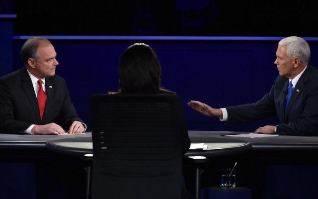 Le candidat démocrate à la vice-présidence Tim Kaine (à gauche) et le candidat républicain à la vice-présidence Mike Pence (à droite) pendant le débat des vice-présidents à l'université de Longwood à Farmville, en Virginie, le 4 octobre 2016. (Crédit : AFP/Paul J. Richards)