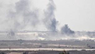 La fumée monte dans la bande de Gaza, contrôlée par le Hamas, après une frappe militaire israélienne suite à un tir de roquette sur la ville de Sdérot, le 5 octobre 2016. (Crédit : AFP/Jack Guez)