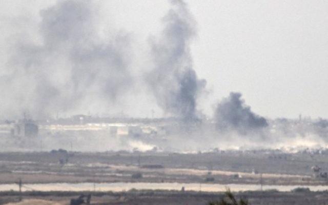 La fumée monte dans la bande de Gaza, contrôlée par le Hamas, après une frappe militaire israélienne suite à un tir de roquette sur la ville de Sdérot, le 5 octobre 2016. (Crédit : Jack Guez/AFP)