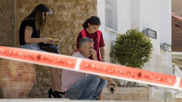 Des Israéliens assis devant leur maison à Sdérot, près du site d'impact d'une roquette tirée depuis la bande de Gaza, le 5 octobre 2016. (Crédit : AFP/Jack Guez)
