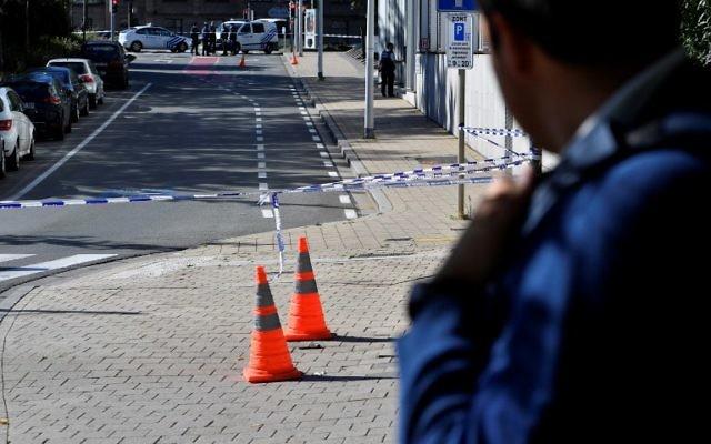 Un périmètre de sécurité a été placé autour de la scène où deux policiers ont été poignardés le 5 octobre 2016, dans le quartier de Schaerbeek à Bruxelles. (Crédit : AFP/ BELGA / DIRK WAEM / Belgique OUT)