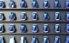 Des Samsung Galaxy S7 exposés au Parc olympique de Rio de Janeiro, 2 août 2016. (Crédit : AFP / Kirill Kudryavtsev)