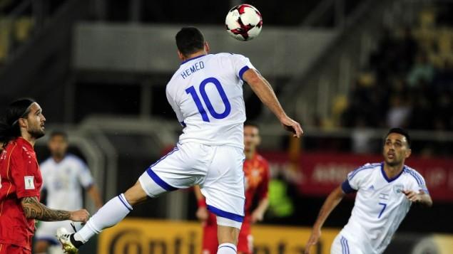 L'Israélien Tomer Hemed marque de la tête pendant le match de qualification pour la Coupe du monde de football 2018 entre la Macédoine et Israël, le 6 octobre 2016 à Skopje (Macédoine). Israël a gagné le match 2-1. (Crédits : AFP / Robert Atanosovski)