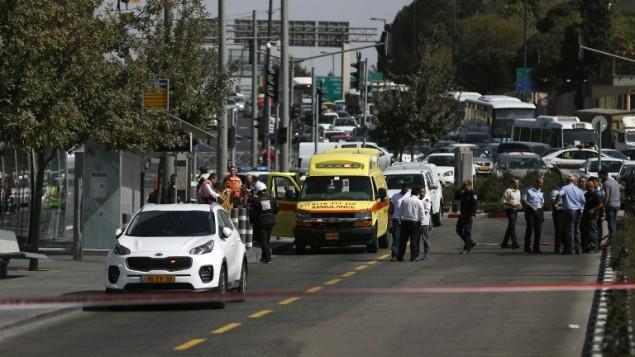 La police a fermé la scène d'une attaque à main armée près du siège de la police, à Jérusalem, le 9 octobre 2016. (Crédit : AFP/Ahmad Gharabli)