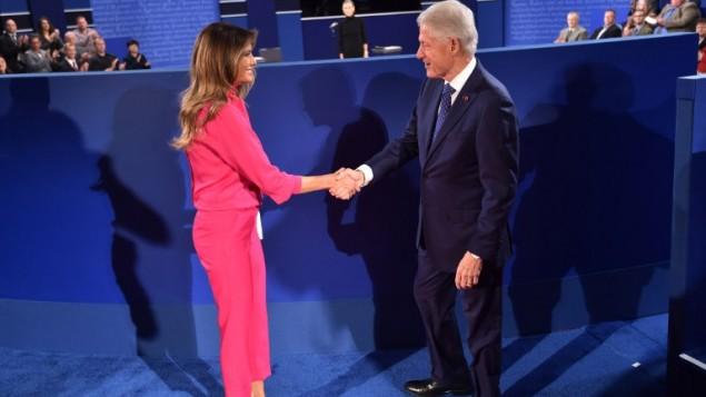 L'ancien président des Etats-Unis Bill Clinton, à droite, salue Melania Trump, l'épouse du candidat républicain à la présidentielle Donald Trump, avant le début du deuxième débat présidentiel à l'université Washington de St. Louis, Missouri, le 9 octobre 2016. (Crédit : AFP/Paul J. Richards)