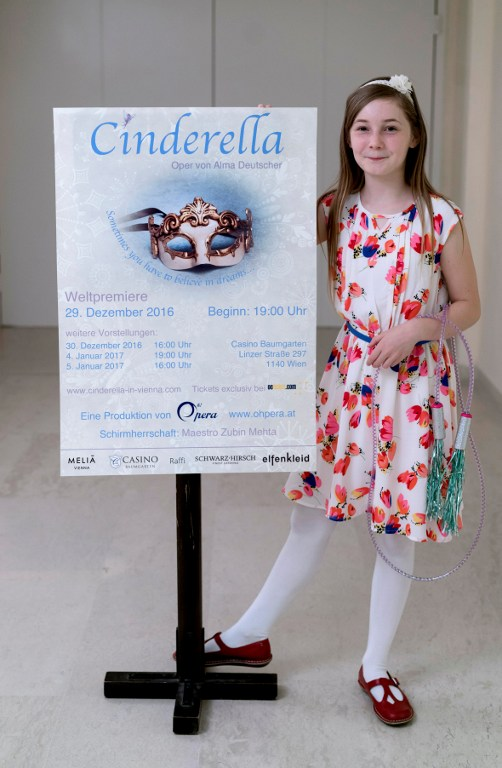 """Alma Deutscher, 11 ans, avec l'affiche de son opéra, """"Cendrillon"""", dans le hall du Wiener Musikverein, à Vienne, le 6 octobre 2016. (Crédit : AFP/Joe Klamar)"""