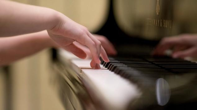Alma Deutscher, 11 ans, joue au Wiener Musikverein, à Vienne, le 6 octobre 2016. (Crédit : AFP/Joe Klamar)