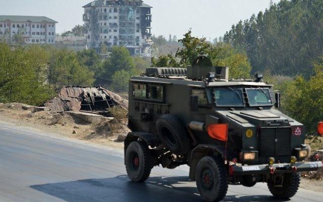 Des véhicules de l'armée indienne à Pampore, en Inde le 11 octobre 2016. (Crédit : AFP / TAUSEEF MUSTAFA)