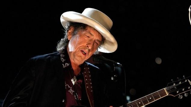 Bob Dylan donne un concert en l'honneur de Michael Douglas, au studio Sony Pictures à Culver City, en Californie, le 11 juin 2009. (Crédits : Kevin Winter / Getty Images for AFI)