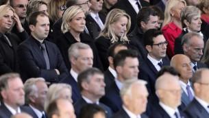 La présidente du Font national Marine Le Pen et sa nièce, la députée Marion Marechal-Le Pen, pendant l'hommage national aux victimes de l'attentat de Nice, le 15 octobre 2016. (Crédit : AFP/Valery Hache)