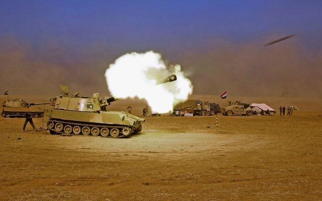 Un M109 des forces irakiennes tirant vers le village de Tall al-Tibah, à environ 30 kilomètres au sud de Mossoul, le 19 octobre 2016, lors d'une opération contre les djihadistes du groupe Etat islamique pour reprendre la ville. (Crédit : AFP/Ahmad al-Rubaye)