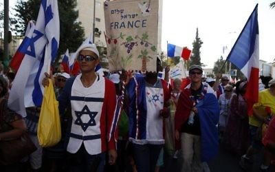 Des pèlerins chrétiens évangéliques de France lors de la Parade annuelle de Jérusalem pendant Souccot, le 20 octobre 2016. (Crédit : Ahmad Gharabli/AFP)