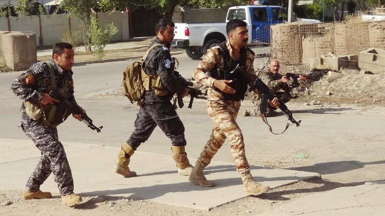 Des forces de sécurité irakiennes kurdes patrouillent dans une rue du sud de Kirkouk, après des attaques d'hommes armés jihadistes contre la ville, le 22 octobre 2016. (Crédit : AFP/Marwan Ibrahim)