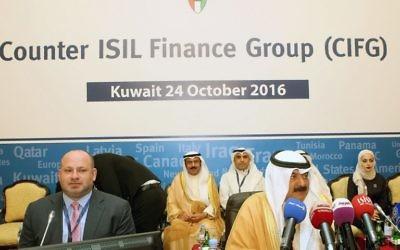 Le secrétaire adjoint américain sur le financement du terrorisme Daniel Glaser (à gauche) et le sous-secrétaire du ministère des Affaires étrangères du Koweit, Khaled al-Jarallah assistant à la réunion du groupe du contre-financement de l'EI (CIFG), qui a été formé au début de l'année dernière et qui est dirigé par les Etats-Unis, l'Italie et l'Arabie Saoudite et est composé de plus de 35 pays et de 4 organisations internationales, au Koweït, le 24 octobre 2016 (Crédit :  AFP PHOTO / Yasser Al-Zayyat)