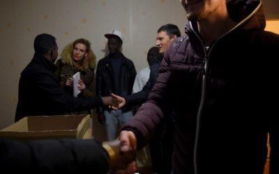 """Des migrants de la """"Jungle"""" de Calais à leur arrivée dans un centre d'accueil et d'orientation à Nogent-le Rotrou, après le démantèlement du camp, le 24 octobre 2016. (Crédit : AFP/Guillaume Souvant)"""