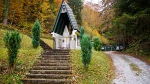 Une chapelle proche de l'entrée de la mine de Huda Jama où les restes de 800 personnes ont été découverts en mars 2009, près de Lasko, en Slovénie, le 27 octobre 2016. (Crédit : AFP/Jure Makovec)