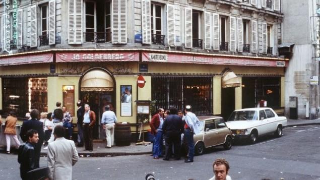La devanture du restaurant Chez Jo Goldenberg, deux jours après un attentat par des hommes armés palestiniens, le 11 août 1982. (Crédit : AFP/Joël Robine)