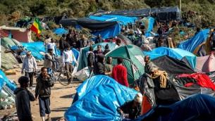"""Des migrants sur le site surnommé la """"Nouvelle Jungle"""" où 3 000 personnes se sont installées ; la plupart d'entre eux cherchent désespérément à entrer au Royaume-Uni, à Calais, en France, le 19 septembre 2015. (Crédit : AFP/Philippe Huguen)"""