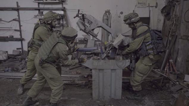 Des soldats israéliens confisquent des machines d'un atelier présumé de fabrication d'armes dans le village palestinien d'Azzun, dans le nord de la Cisjordanie, le 10 octobre 2016. (Crédit : unité des porte-paroles de l'armée israélienne)