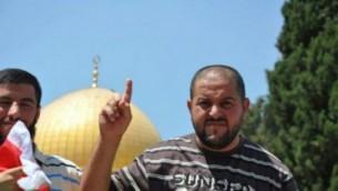 Mesbah Abu Sabih, le terroriste palestinien qui a mené une attaque à main armée et assassiné deux personnes le 9 octobre 2016 à Jérusalem, dans une photographie non datée au mont du Temple de Jérusalem. (Crédit: réseau social)