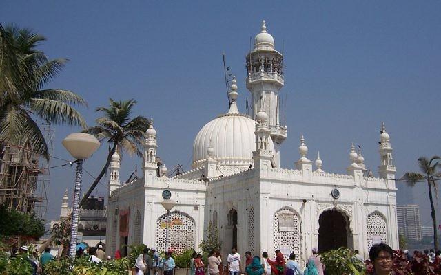 La mosquée Haji Ali Dargah, à Bombay en Inde, le 25 février 2013 (Crédit : Colomen / CC-BY-SA-3.0)