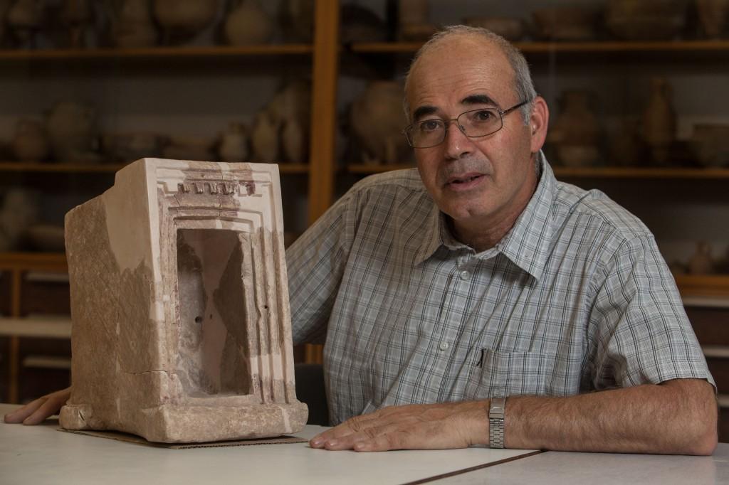 Yosef Garfinkel avec un modèle de sanctuaire en pierre, trouvé à Khirbet Qeiyafa (Crédit : L'autorisation de l'université hébraïque de Jérusalem)