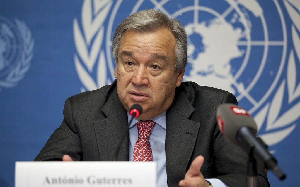 Antonio Guterres, alors Haut Commissaire aux réfugiés des Nations unies pendant une conférence de presse à Genève, le 3 août 2012. (Crédit : U.S. Mission Photo by Eric Bridiers — Flickr/Domaine public/Wikimedia Commons)