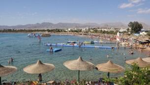 La plage de Naama, à Charm el-Cheikh, en Egypte, en novembre 2009.  (Crédit : Marc Ryckaert/CC BY 3.0/WikiCommons)