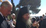 Le Prince Charles de Galles (à gauche) en l'église de Marie-Madeleine de Jérusalem le 30 septembre 2016, avec Archimandrite Roman Krassovsky, chef de la Mission ecclésiastique russe à Jérusalem (Crédit : Facebook)