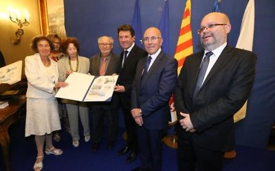 Titre de « Citoyen d'honneur de la Ville de Nice » décerné à Beate et Serge Klarsfeld Crédit : Facebook/Eric Ciotti)
