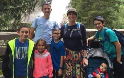 Brian Berman, sa femme Dafna Berman, et leurs enfants (de gauche à droite) : Noam, 11 ans, Nava, 6 ans, Ranaan, 9 ans, Akiva, 1 an, et Eitan, 13 ans. (Crédit : Brian Berman)