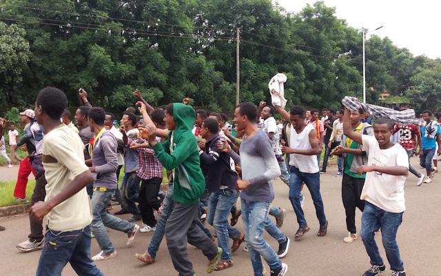 L'Ethiopie au bord du basculement : à Bahir Dar, la capitale de la région d'Amhara, de jeunes hommes manifestent contre le gouvernement dictatorial, le 7 août 2016. (Crédit : Micha Odenheimer)