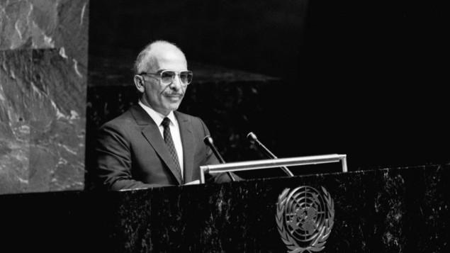 Le roi Hussein du royaume hachémite de Jordanie s'adresse à la 12e Assemblée générale des Nations Unies à New York, le 27 septembre 1985. (Crédit : Nations unies)