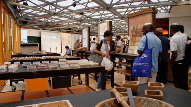 Construire avec de la terre à Admaya, une conférence organisée par Muslala, au centre Clal de Jérusalem pendant Souccot 2016. (Crédit : autorisation de Muslala)