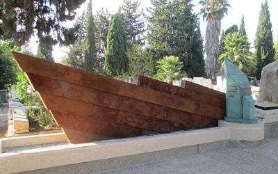 Le mémorial aux victimes de l'Alatalena, dans le cimetière Nahalat Yitzhak de Tel Aviv. (Crédit : Avishai Teicher)