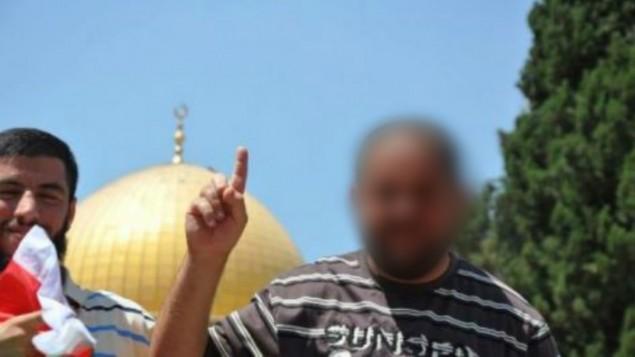 Le terroriste palestinien qui a mené une attaque à main armée et assassiné deux personnes le 9 octobre 2016 à Jérusalem, dans une photographie non datée au mont du Temple de Jérusalem. (Crédit: réseau social)