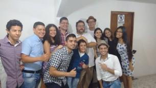 Les membres de la communauté de Barranquilla avec le rabbin Juan Mejia. (Crédit : Autorisation)