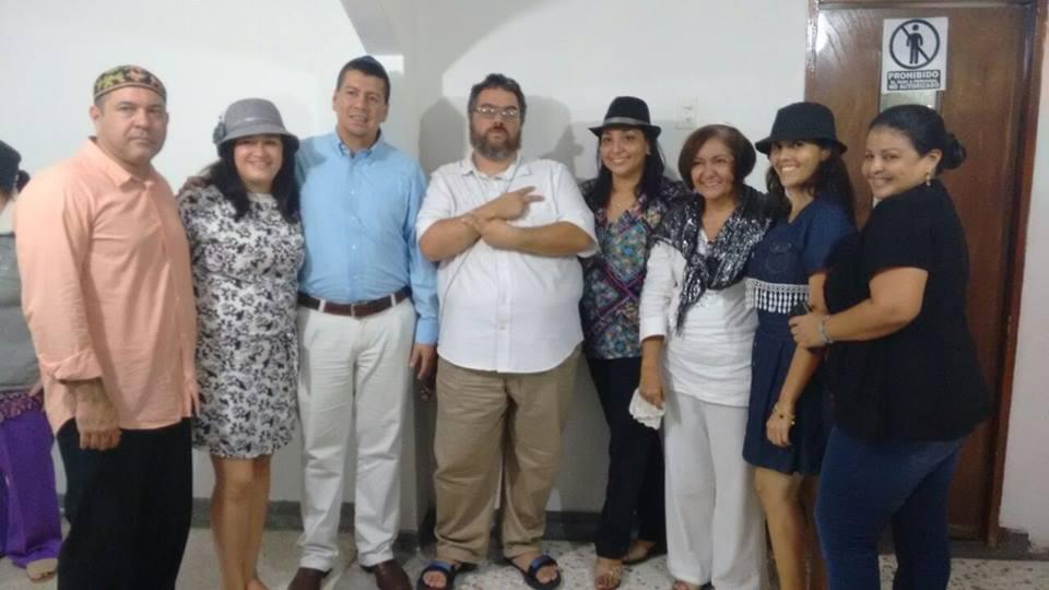 Rabbi Juan Mejia (au centre) avec les fidèles Java Nahariya à Barranquilla (Crédit : Autorisation)
