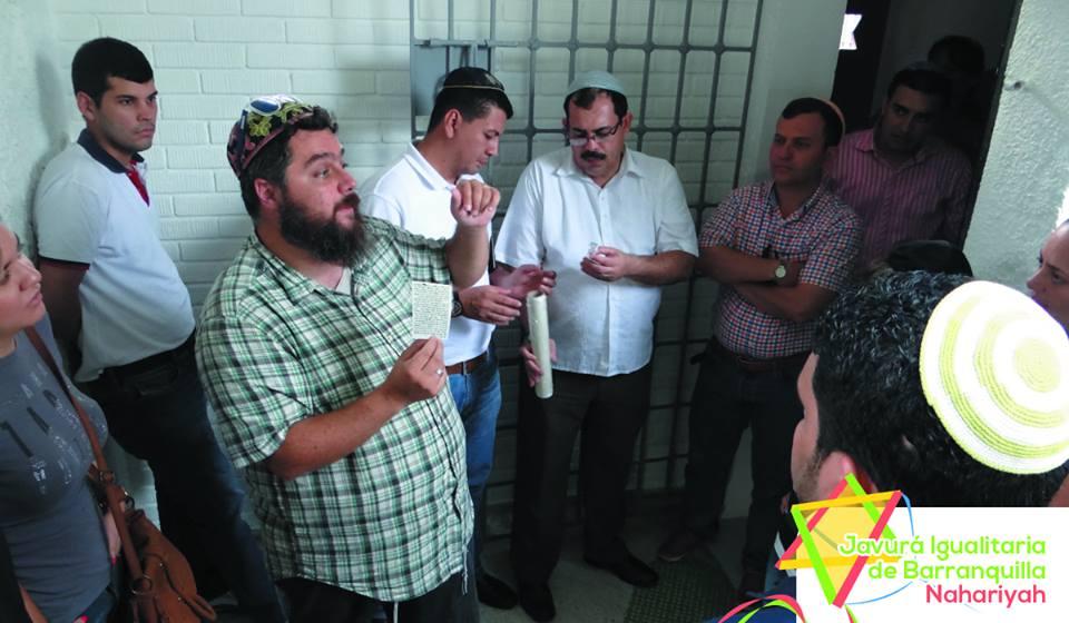 Rabbi Juan Mejia allumant les bougies de Hannukha avec la communauté de Barranquilla (Crédit : Autorisation)