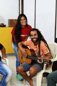 Le musicien Lior Ben Hur jouant à la guitare avec les membres de la communauté de Barranquilla (Crédit : Autorisation)
